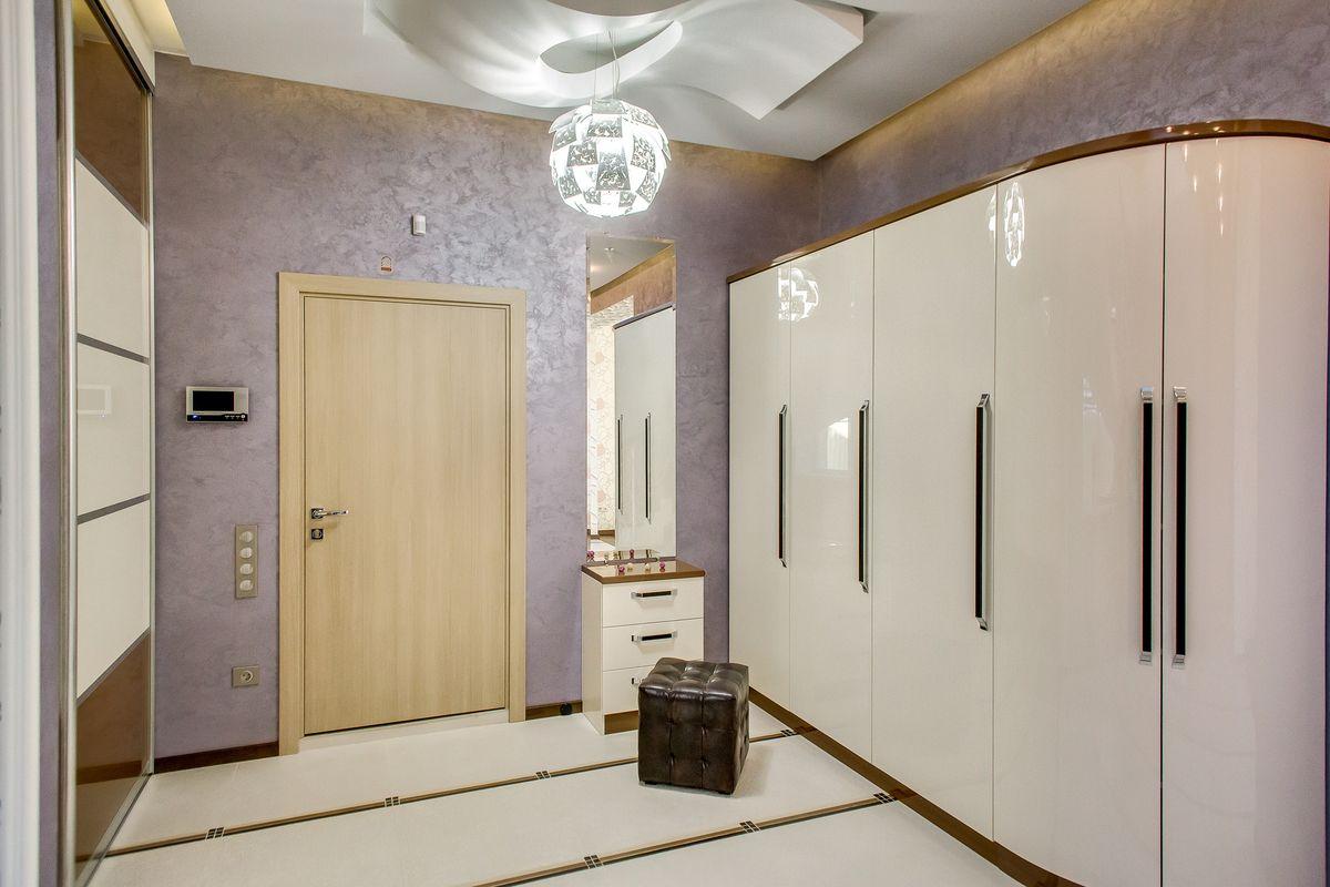 распашной шкаф с большим количеством дверей