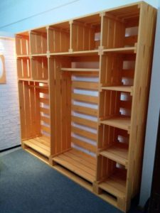 шкаф из поддонов в прихожей