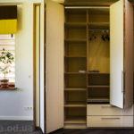шкаф с дверями гормошкой