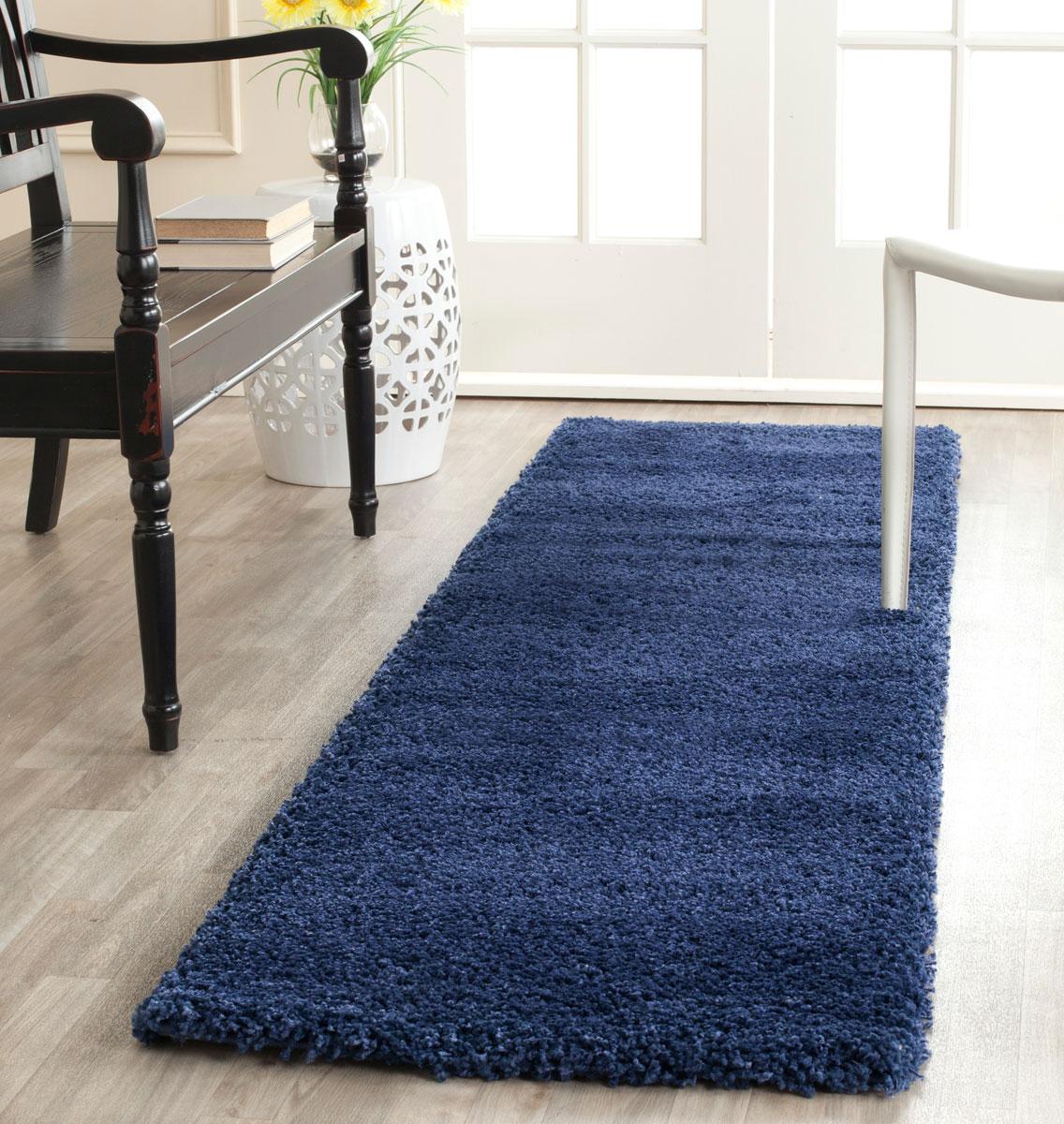 Синий коврик в коридоре