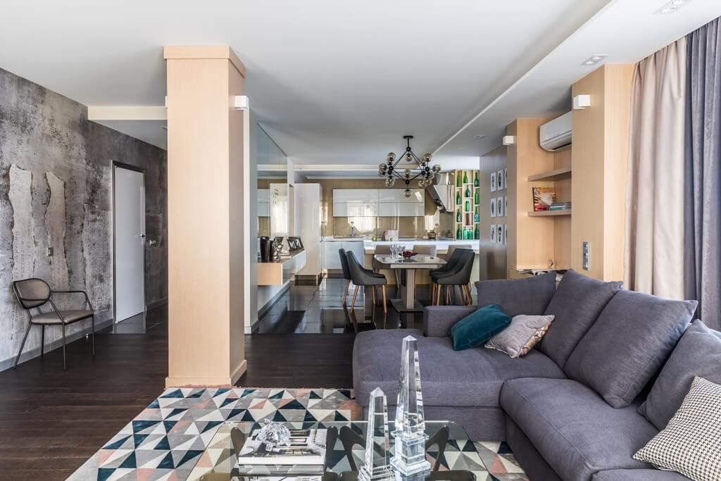 серый большой диван