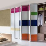 стеклянный шкаф-гармошка в комнате