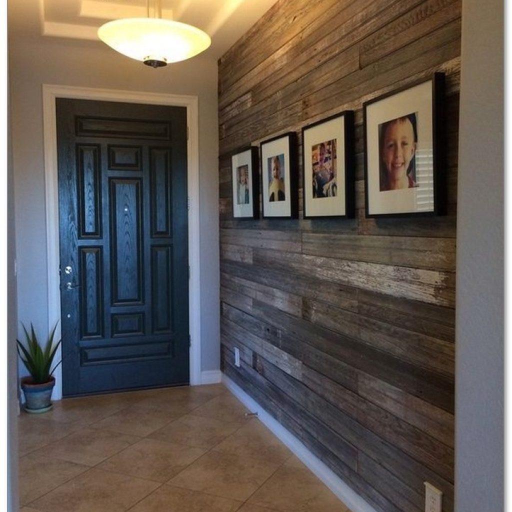 Деревянные панели на стенах прихожей.