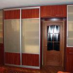 оранжевый шкаф в коридоре