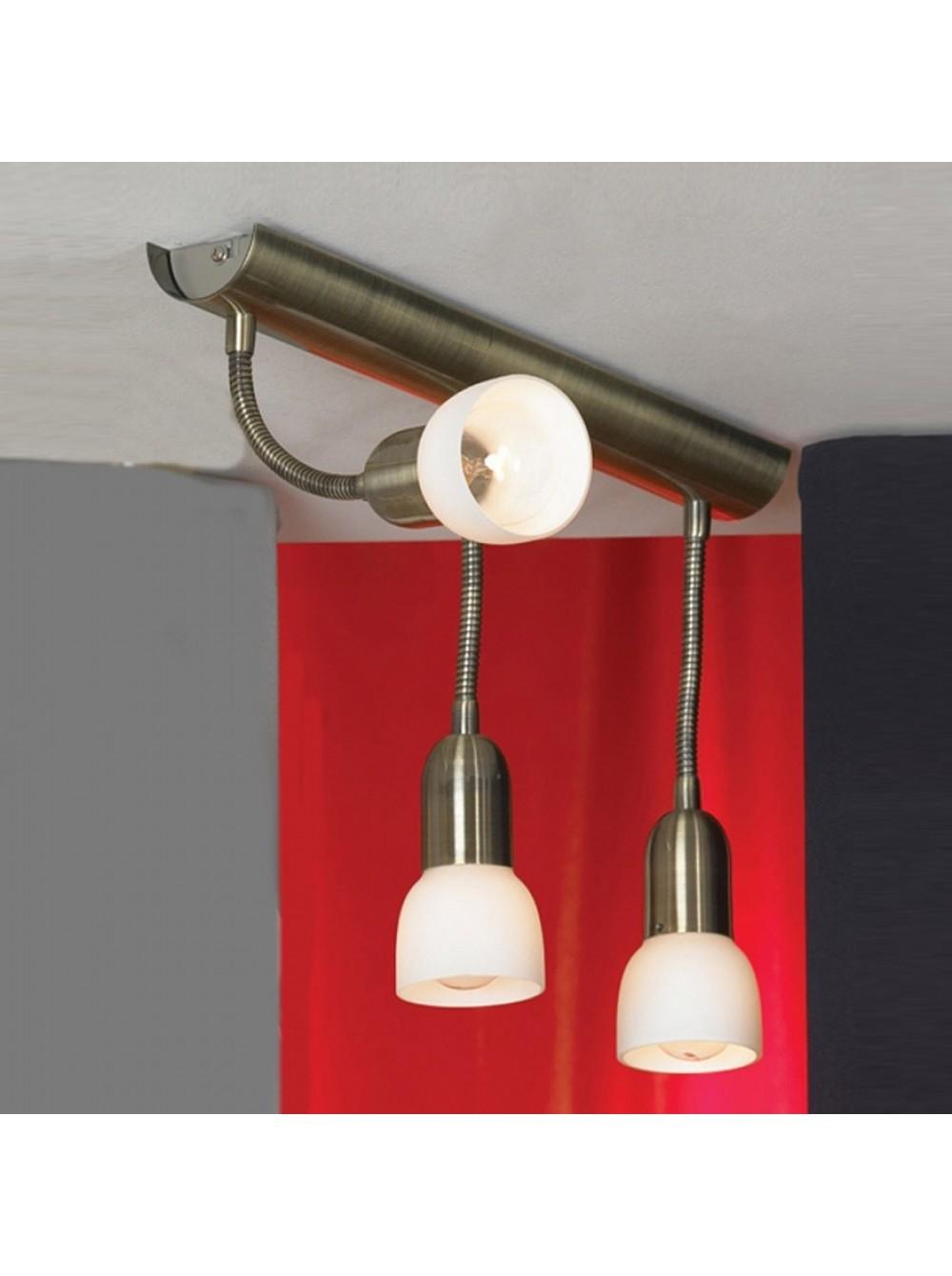 люстра с тремя лампами и гибким держателем.