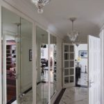 освещение коридоре с зеркальными шкафами