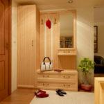Узкий коридор со светлой мебелью