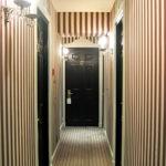 полосатые коричневые обои в доме