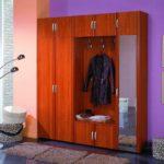 Дизайн деревянного шкафа в прихожей
