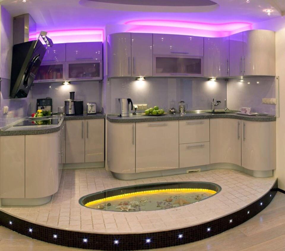 пол и поток с подсветкой в кухне