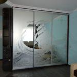 Шкаф с пескоструйным рисунком, который отлично вписывается в интерьер