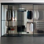 Фото гардеробной за стеклом