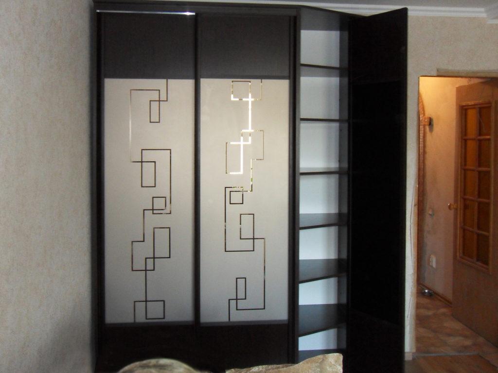 рисунок геометрический на дверях