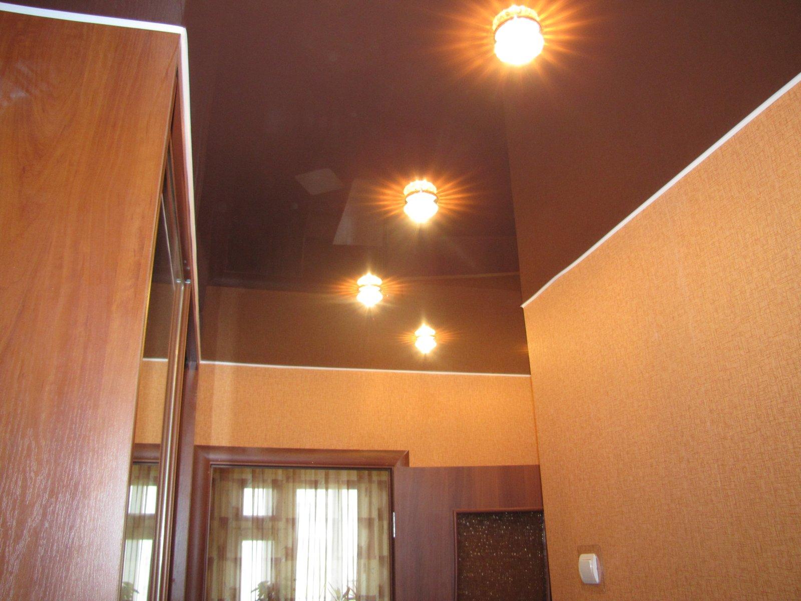 Темный глянцевый натяжной потолок