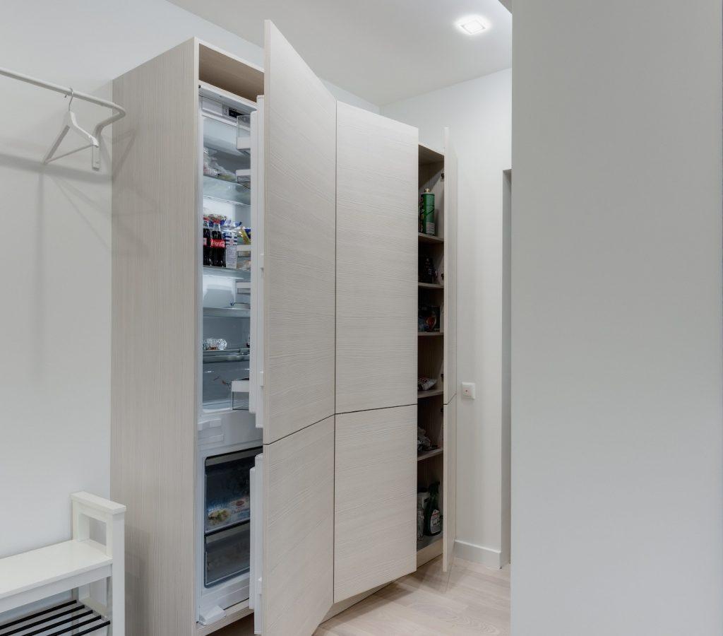 белый холодильник в прихожей