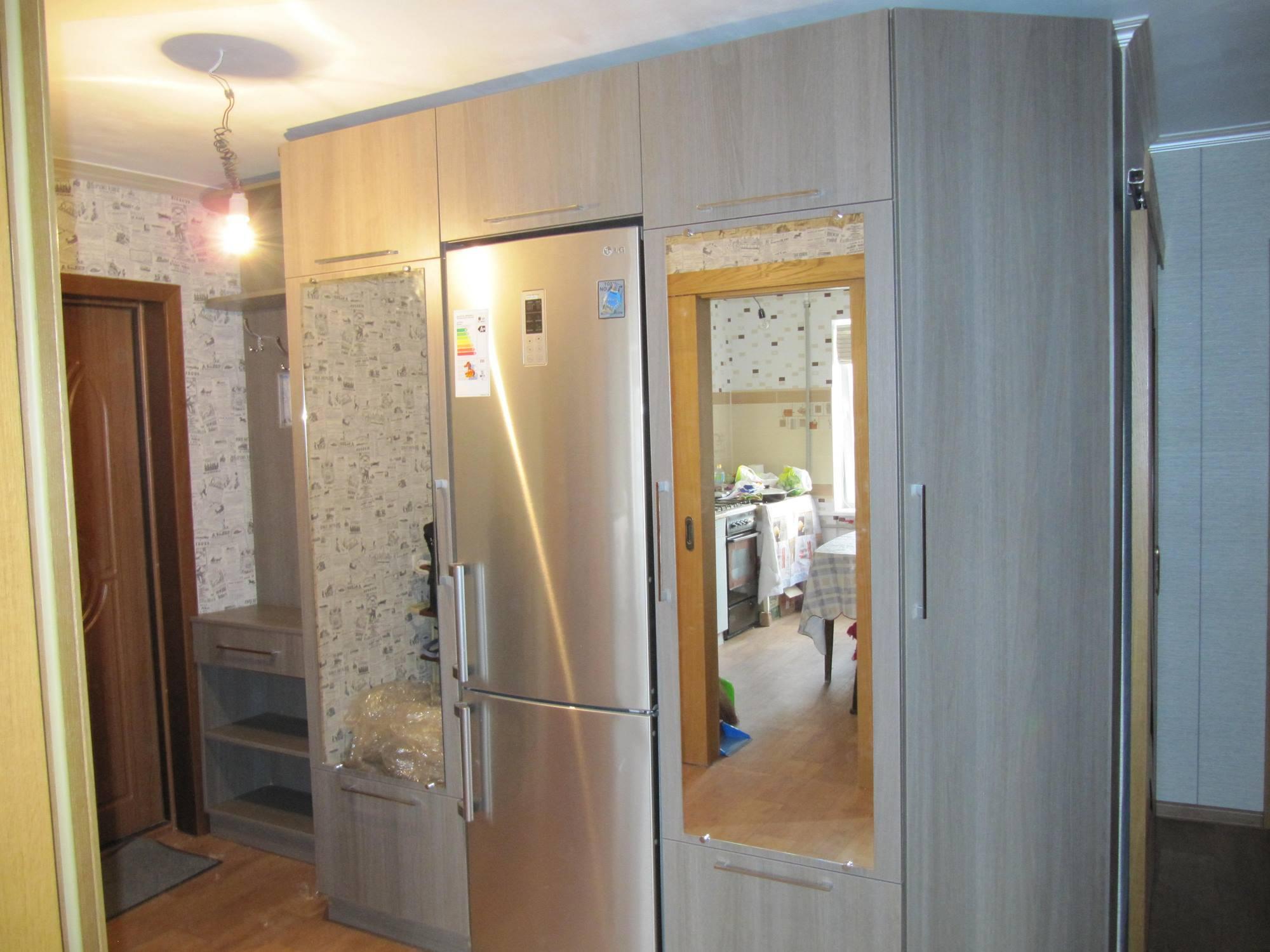 холодильник серого цвета