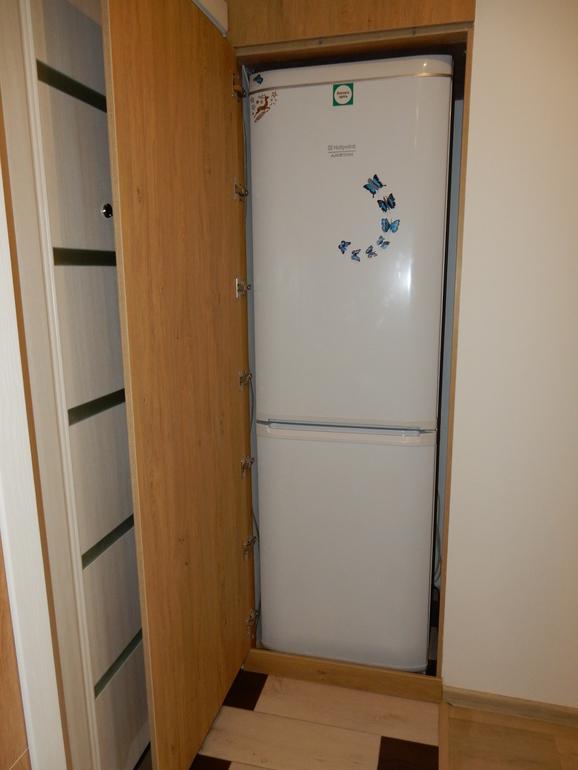 Холодильник спрятанный в шкафу