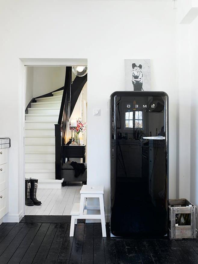 черный холодильник в стиле лофт