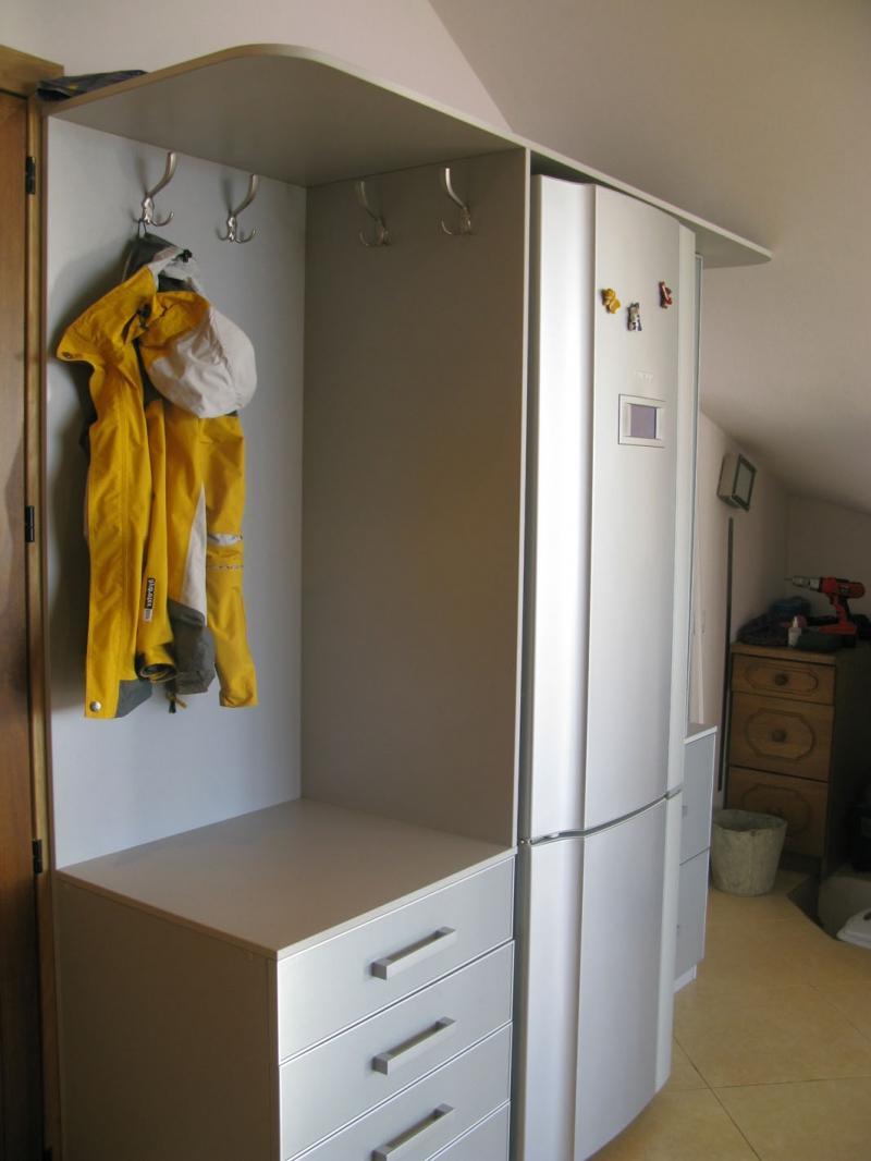холодильник возле розетки