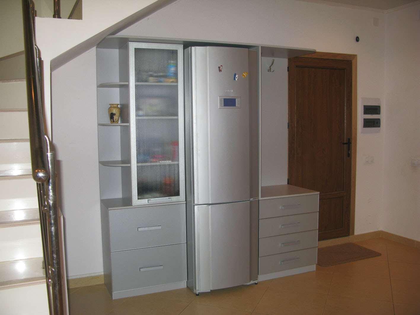 Холодильник встроенный в мебель коридора