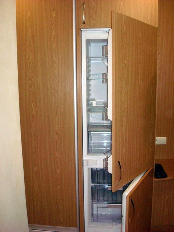 Холодильник встроенный в шкаф в коридоре