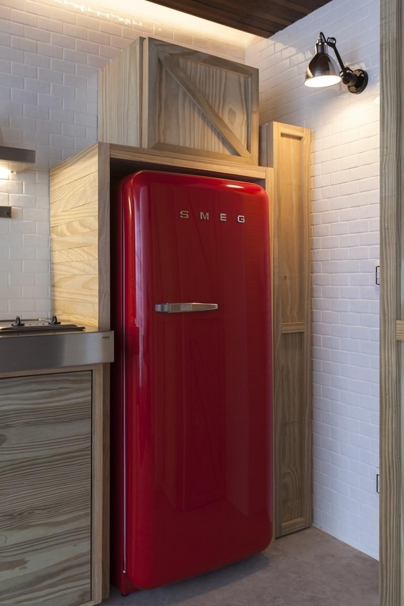 красный холодильник в прихожей