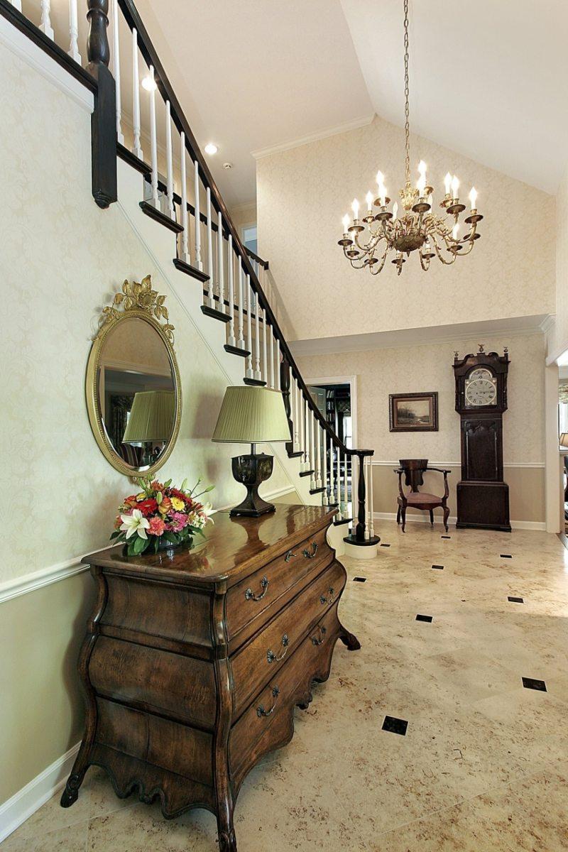 классическая люстра в коридоре