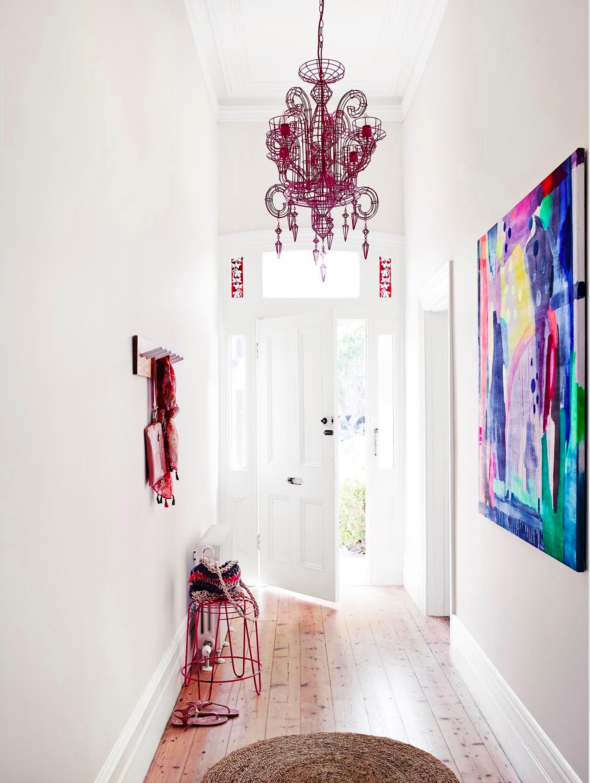 люстра в стиле модерн в коридоре