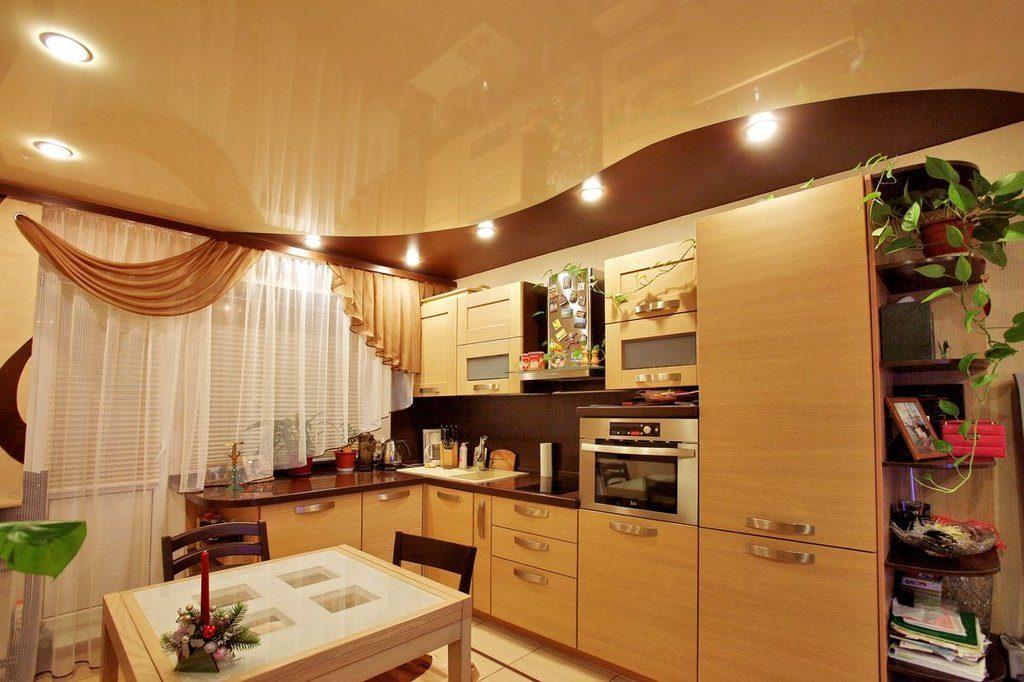 кухня с натяжным потолком бежевого цвета
