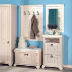 Прихожая в стиле прованс в сочетании белого и ярко-голубого цвета