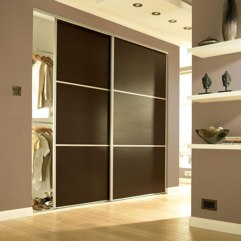 шкаф темного цвета