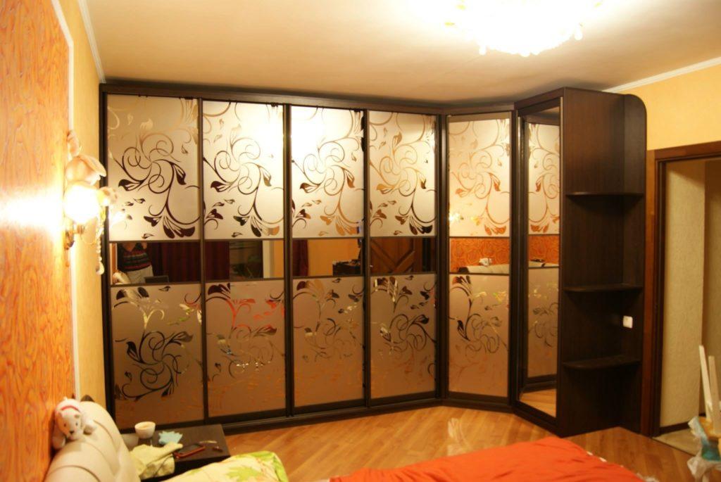 рисунок цветочного мотива на шкафу-купе
