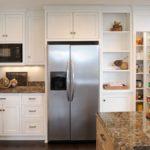 встроенный в мебель прихожей холодильник
