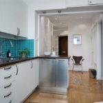 зонирование кухни с прихожей