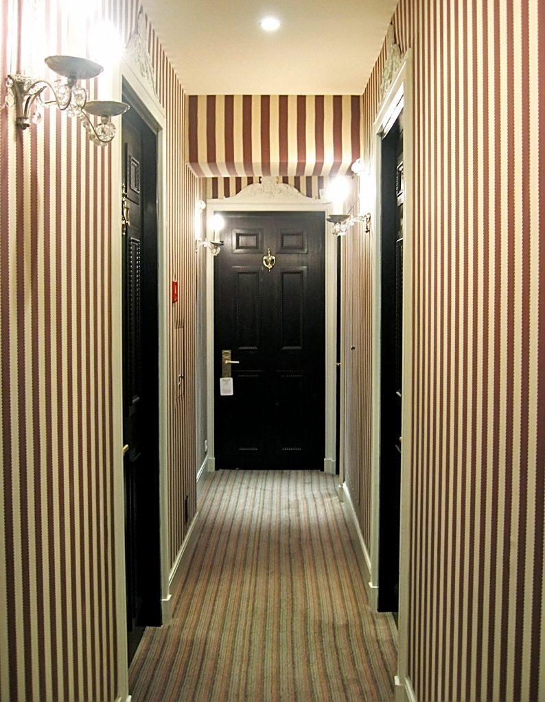 Полосатые обои для узкого коридора