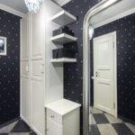 дизайн коридора с темными обоями