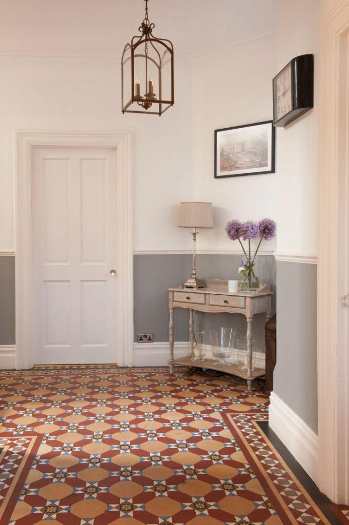узорчатая плитка в коридоре