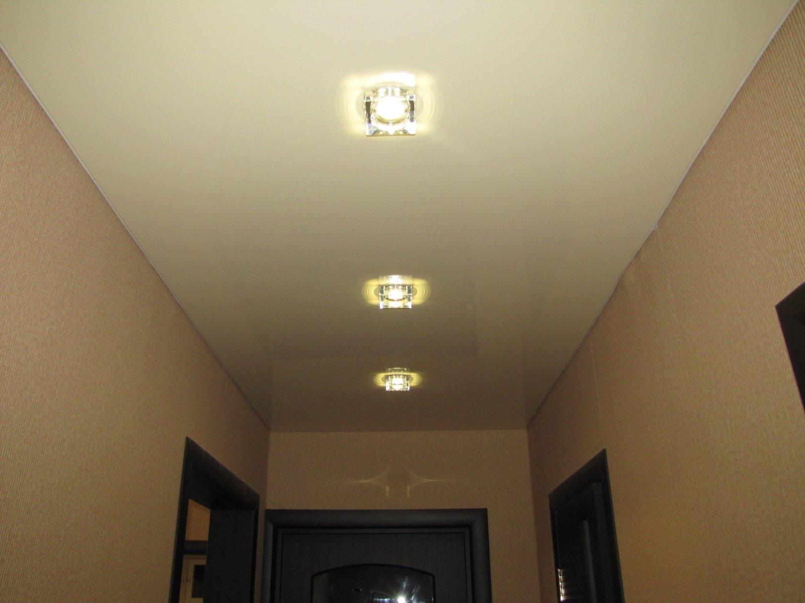 лампы на белом натяжном потолке в прихожей