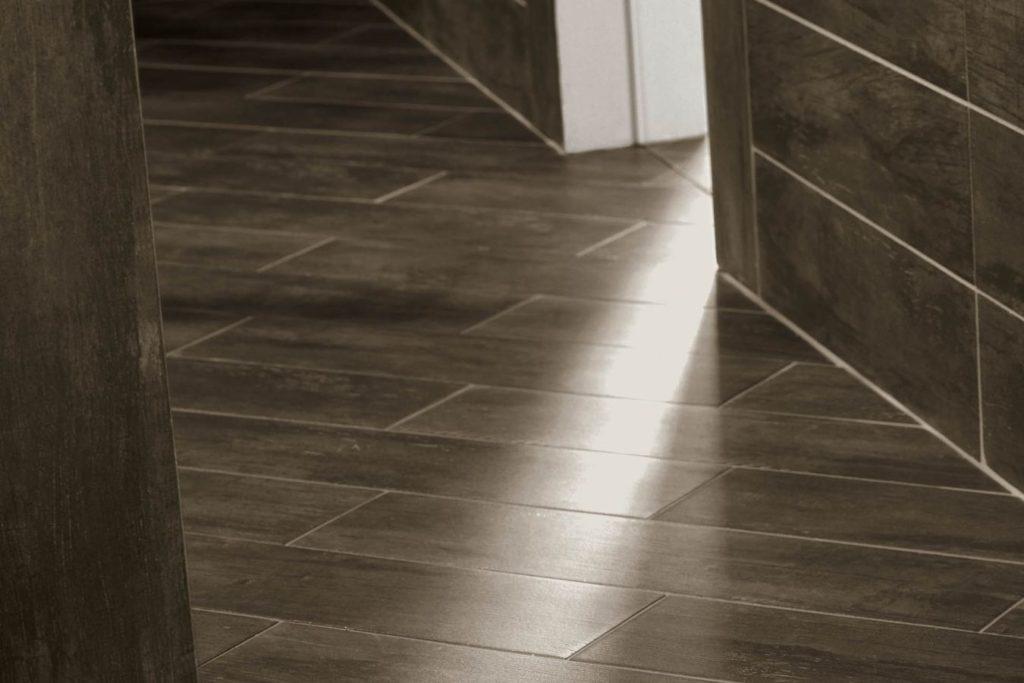 коричневая керамическая плитка на полу