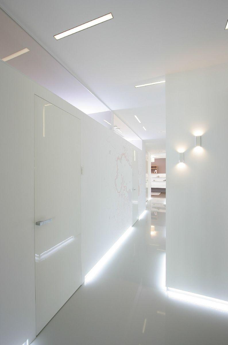 ядовито белый коридор со светодиодной подсветкой