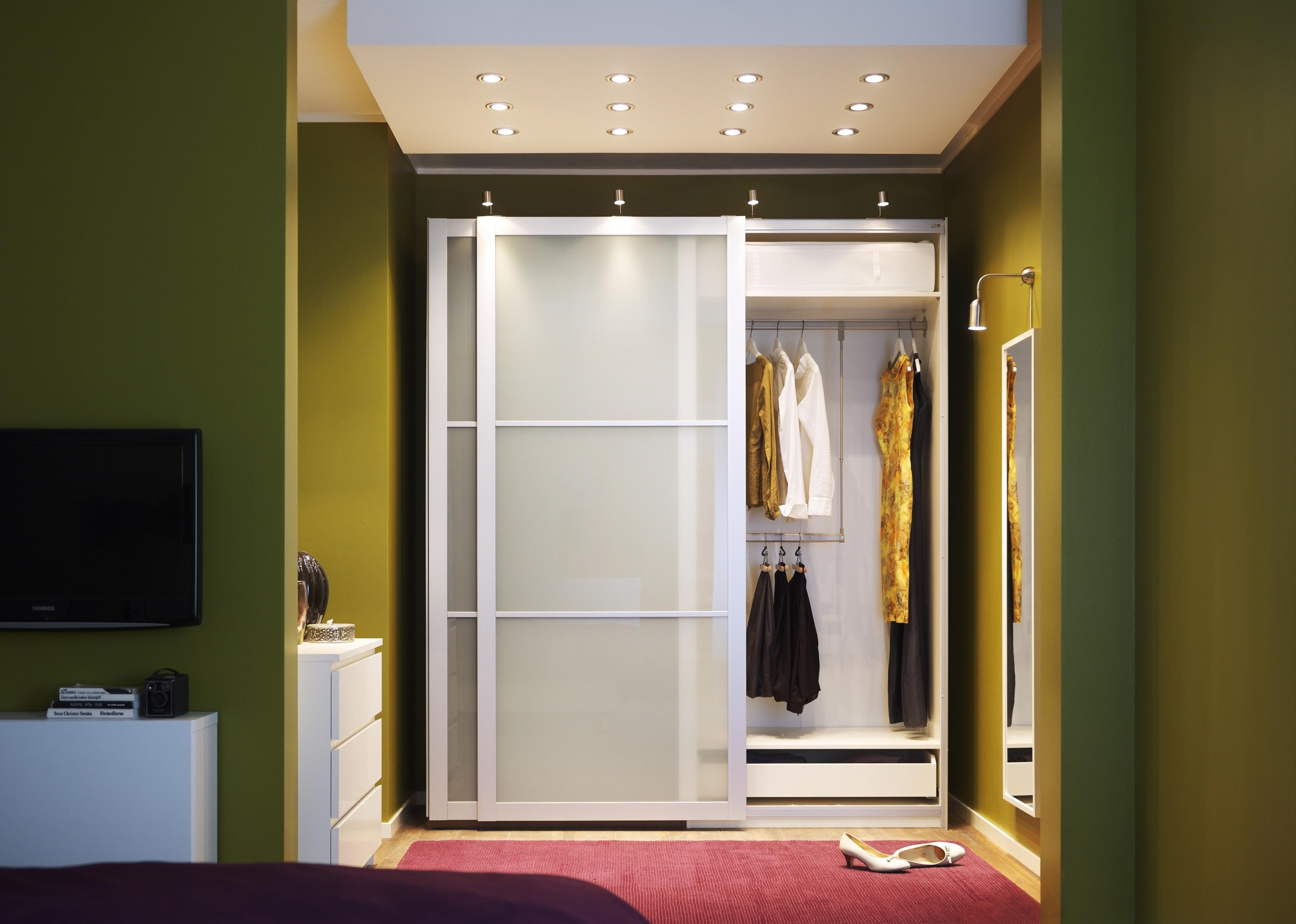 коридор с белым шкафом-купе