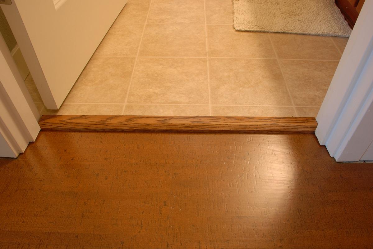 деревянная ступенька между ванной и коридором