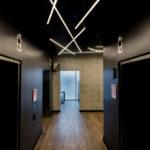 темная прихожая с светодиодным потолком