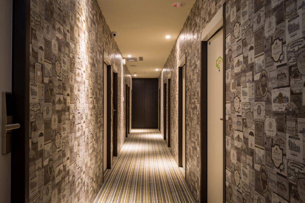 узкий коридор оклеенный устойчивыми обоями