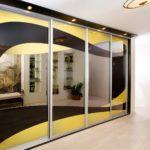 длинный шкаф в черно-желтом цвете