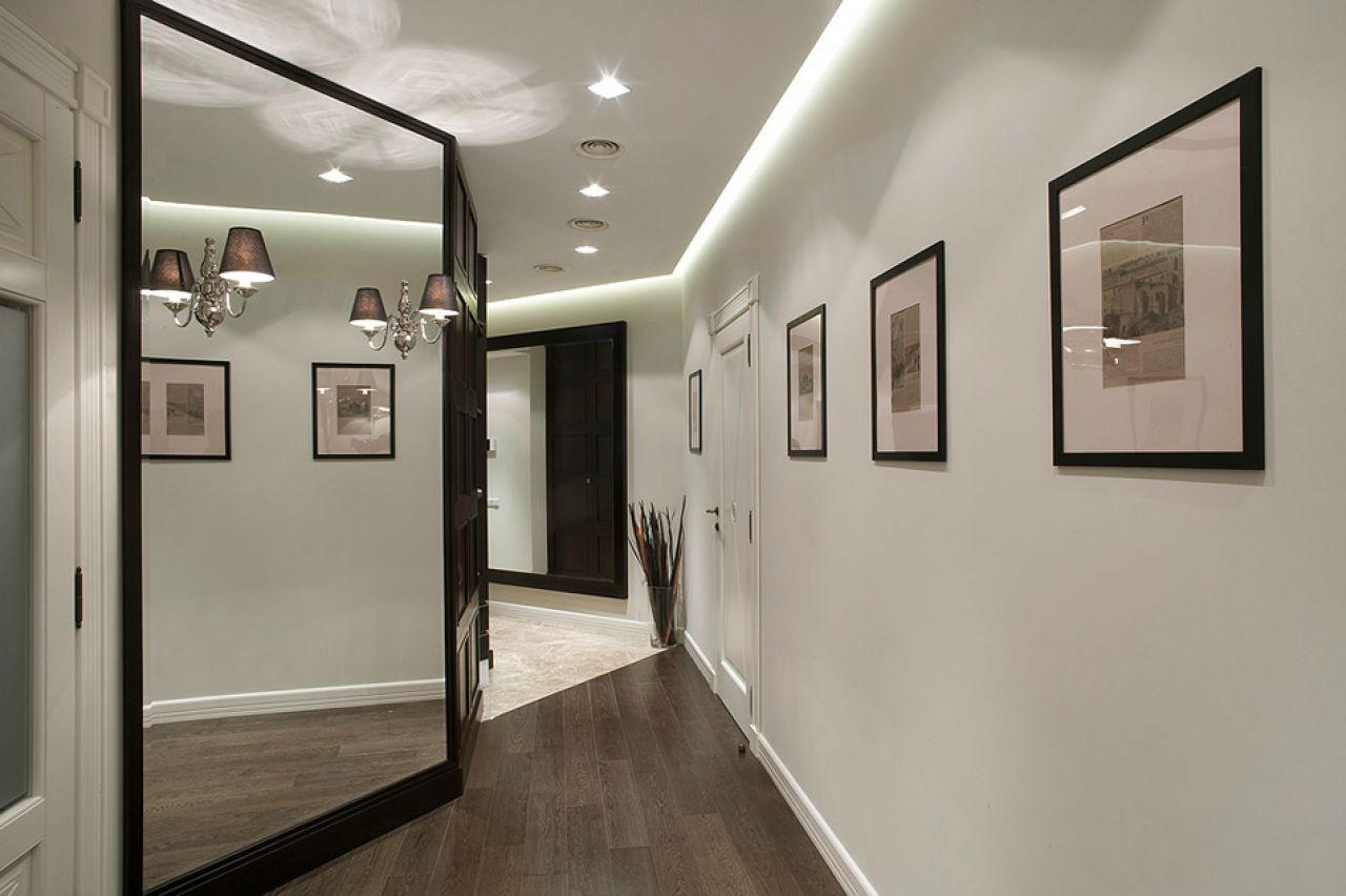 освещение в большом коридоре с зеркалами