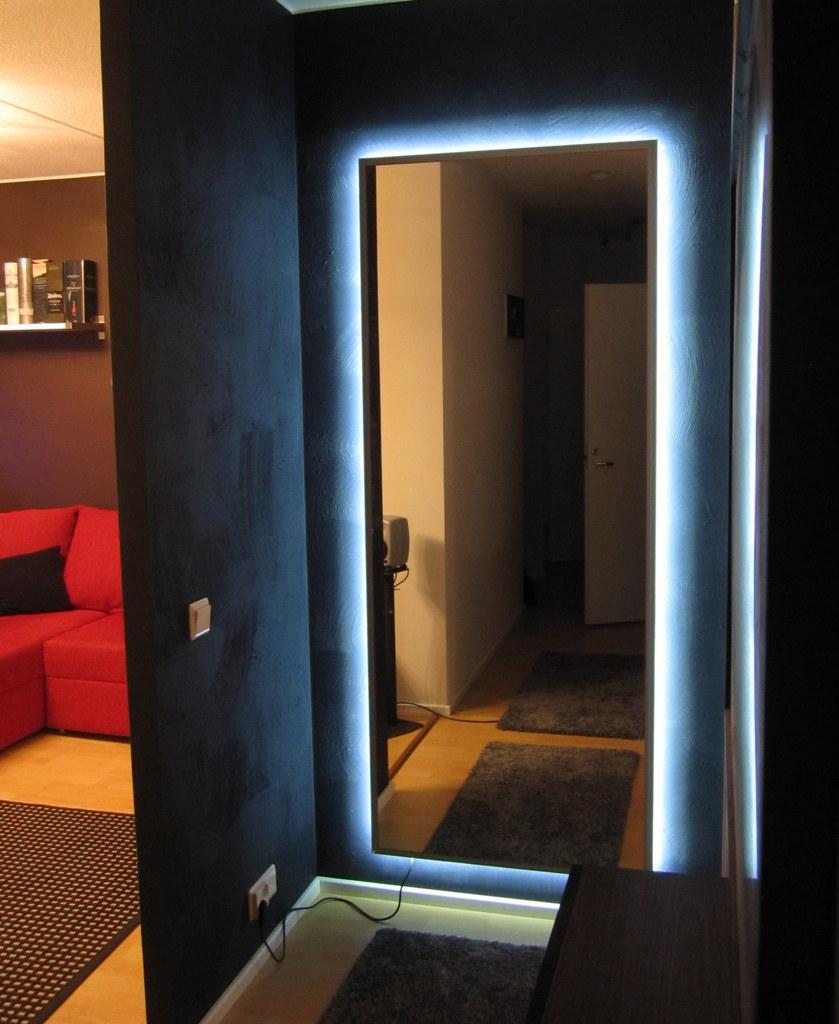 большое зеркало со встроенной подсветкой