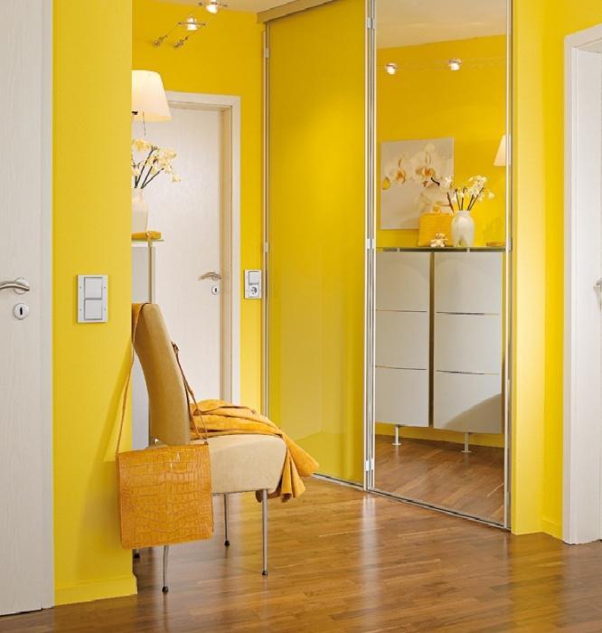 желтые обои в коридоре